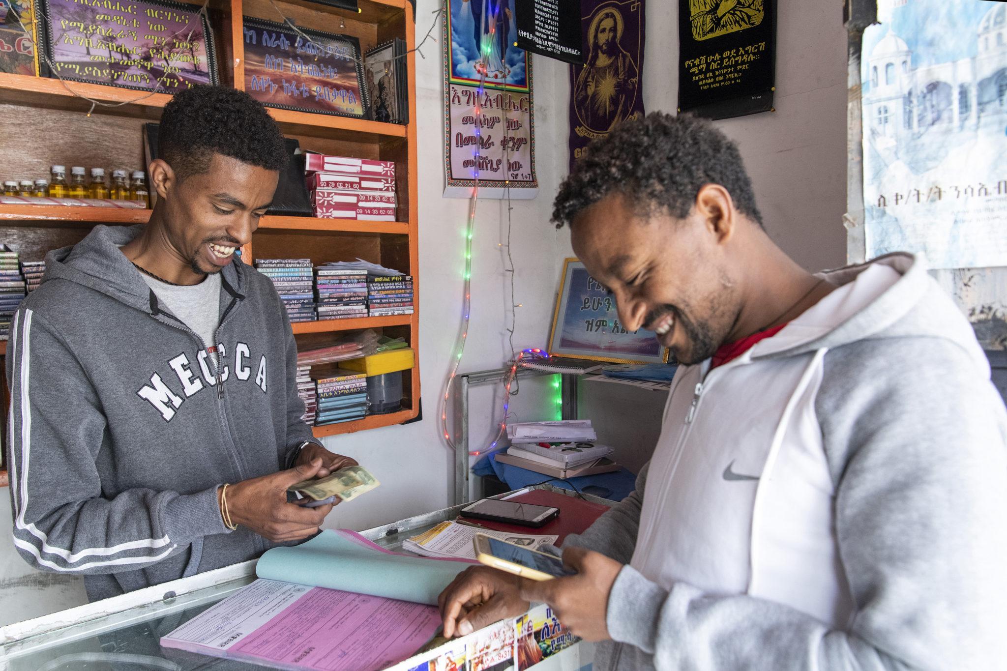 Abrham Engidawi ja Enyob Lema käyttävät Etiopian ensimmäistä mobiilimaksupalvelu M-Birriä